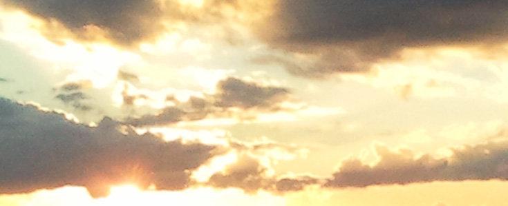 Himmel mit Wolken bei Sonnenuntergang; Quelle: Annette Wohlfeil